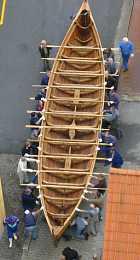 Neessund Vikingeskib bæres ud til søsætning